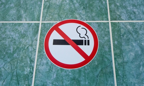 Фото №1 - Петербуржцев будут штрафовать за курение в коммуналках и общежитиях