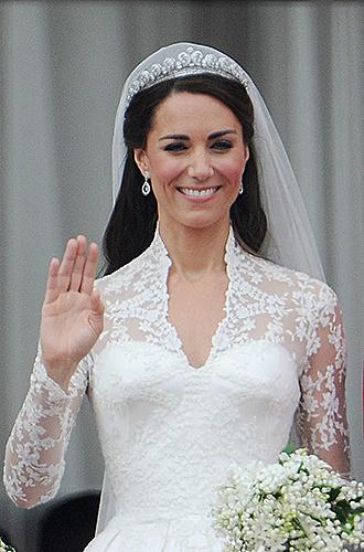 Фото №3 - Какую тиару Елизавета II одолжит Меган Маркл на свадьбу: делаем ставки