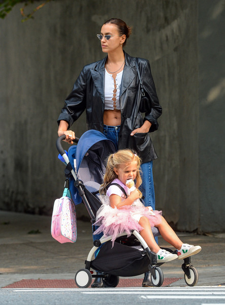 Фото №4 - Звезды, которые возят своих слишком взрослых детей в коляске