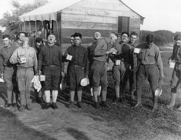 Солдаты Форта Дикс, что в Нью-Джерси, полощут горло соляным раствором. Сентябрь 1918 года. Фото: Shutterstock