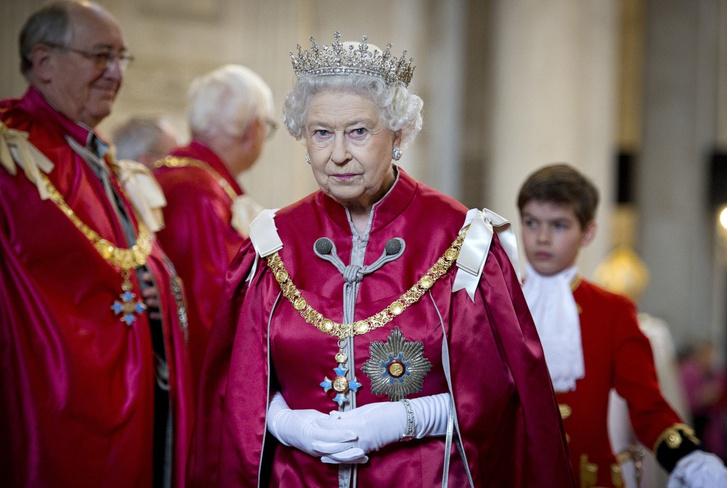 Фото №1 - Доигрались: королева подготовила семью и сотрудников к ответным мерам против Гарри и Меган