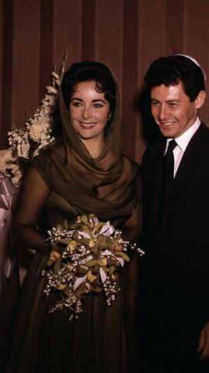 Фото №8 - Привычка жениться: 8 свадебных платьев и 7 мужей Элизабет Тейлор
