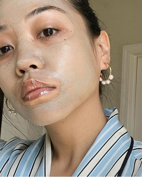 Фото №3 - Что делать, если от макияжа появляются прыщи, и как с этим бороться