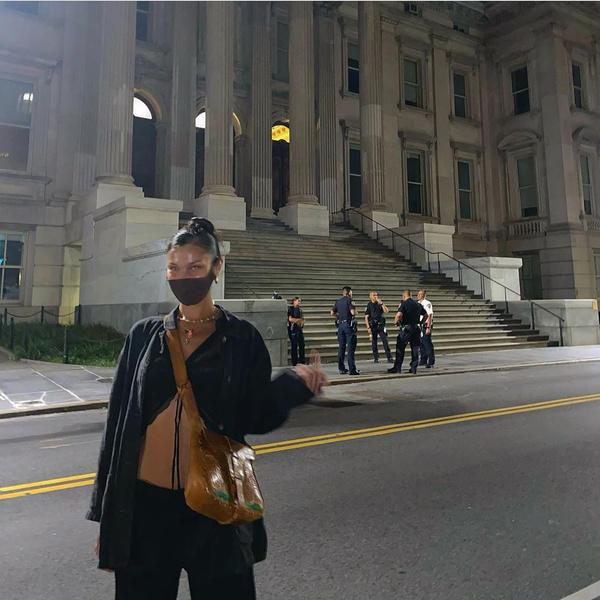Фото №1 - Хулиганка: Белла Хадид показала полицейским средний палец