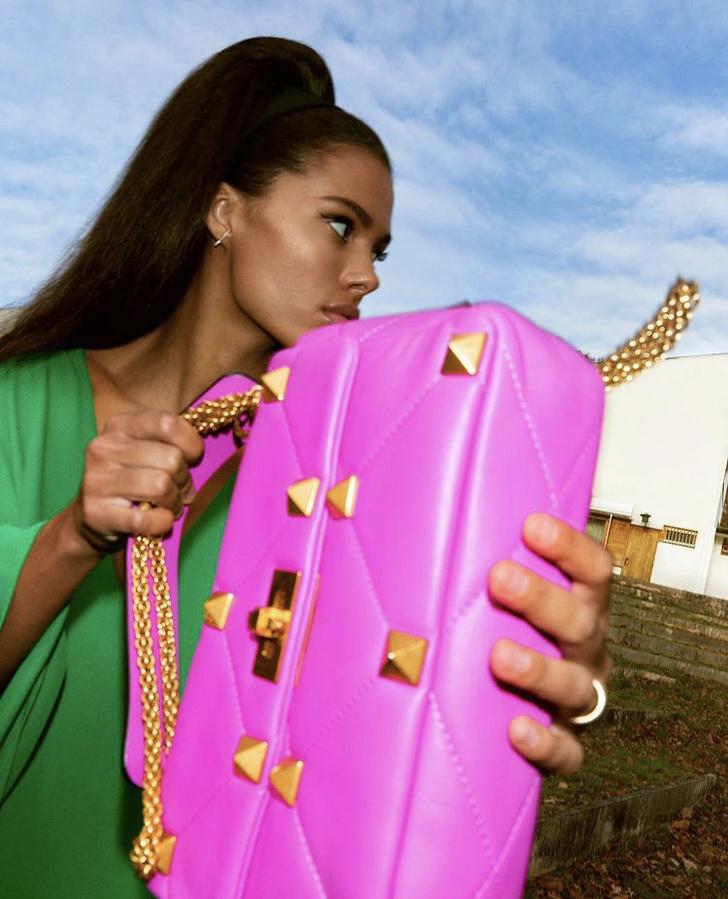 Фото №2 - Невероятно красивая Тина Кунаки в изумрудном платье Valentino разобьёт ваше сердце
