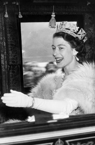 Фото №46 - Какую тиару Елизавета II одолжит Меган Маркл на свадьбу: делаем ставки