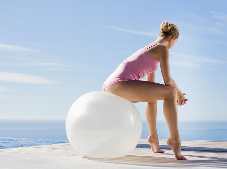 Фото №1 - Девушка на шаре: комплекс упражнений с фитболом