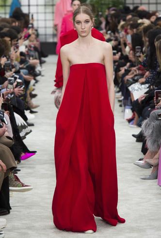 Фото №2 - Новогодний образ: топ-15 красных платьев для главного вечера года