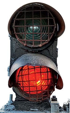 Фото №1 - Почему на железнодорожных светофорах красный сигнал внизу?