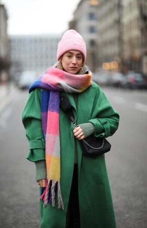 Фото №3 - Как носить объемный шарф и не утонуть в нем: 6 модных приемов