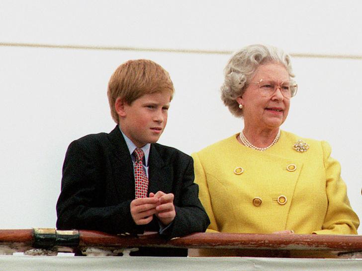 Фото №7 - От самого любимого внука до «врага семьи»: как менялись отношения принца Гарри и Королевы