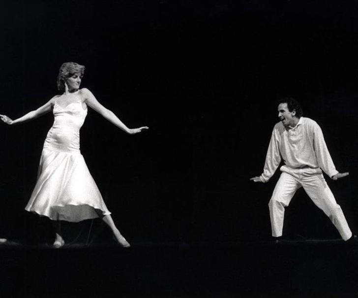 Фото №1 - Фотографии неожиданного танца принцессы Дианы на сцене театра в Рождество 1985 года