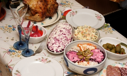 Фото №1 - Петербургские врачи рассказали, когда нужно съесть новогодние оливье и студень