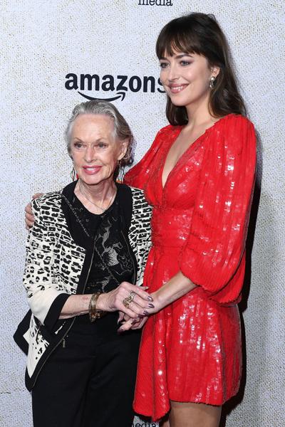 Фото №1 - Дакота Джонсон пришла на вечеринку с 88-летней бабушкой