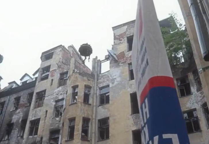 Фото №1 - «Наш киберцарь. Наше обнуление»: Петербургский художник снял видео про то, как выглядел бы агитационный баннер в будущем (видео)