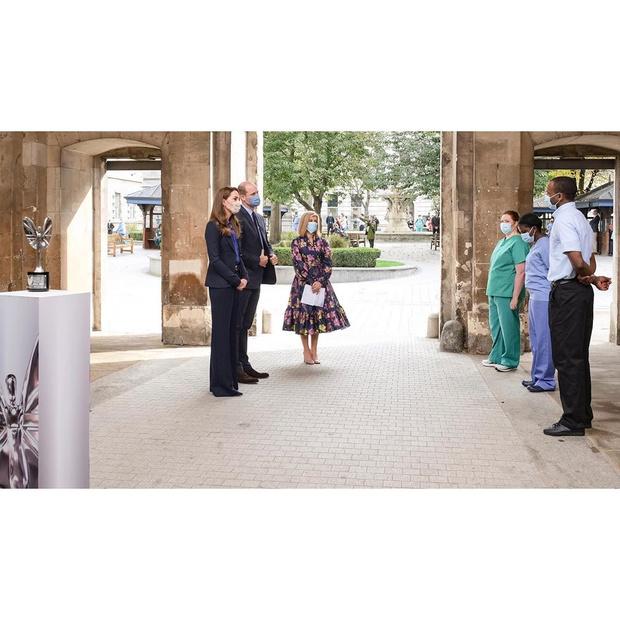 Фото №3 - Кобальтовая рубашка + элегантный брючный костюм: невероятно символичный образ Кейт Миддлтон