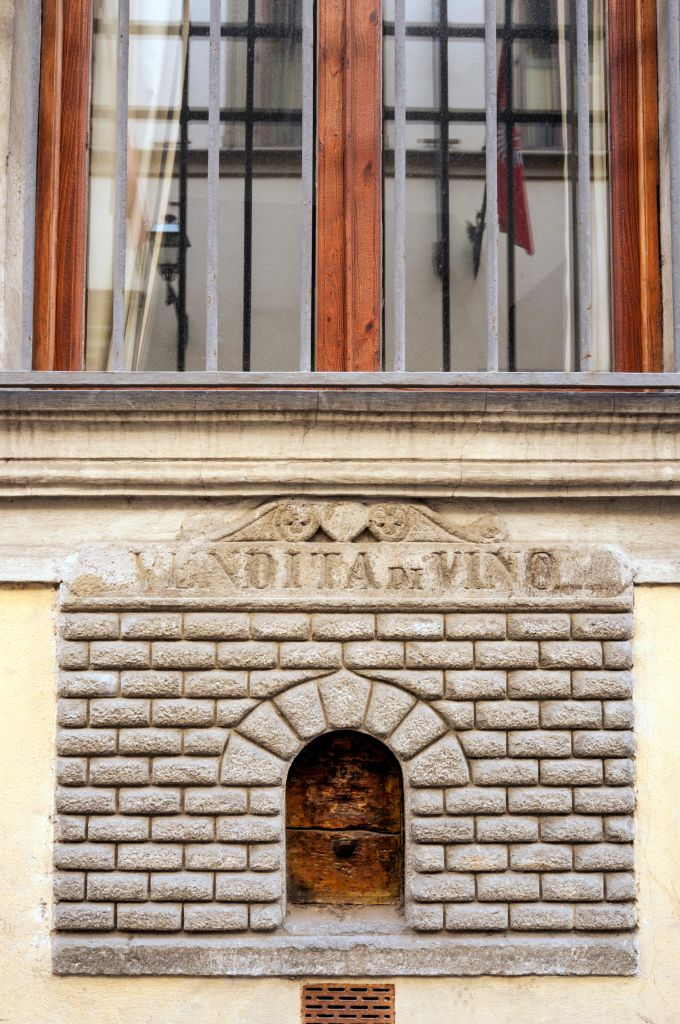 Фото №1 - В Италии открыли средневековые чумные винные окошки