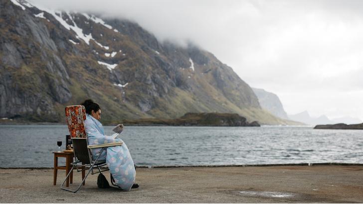 Фото №1 - Когда в путешествие не судьба: 5 фильмов для несостоявшихся туристов