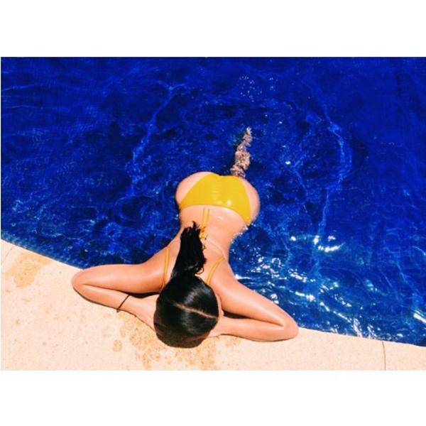 Фото №1 - Ким Кардашьян загорает топлес