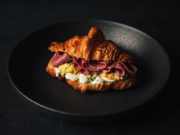 Фото №4 - Сэндвич-круассан: 5 необычных и вкусных идей для завтрака