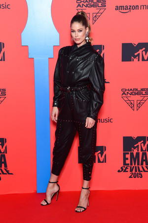 Фото №35 - Премия MTV EMA: лучшие звездные образы за всю историю