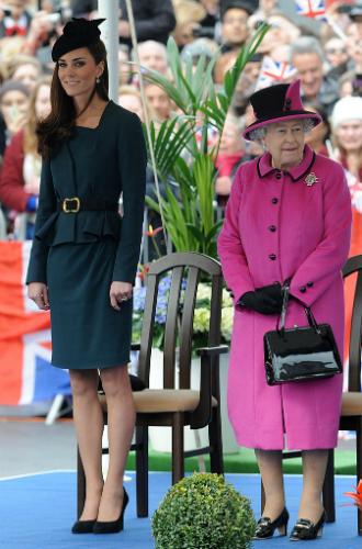 Фото №6 - Долгожданный дуэт: герцогиня Кембриджская и Елизавета II вместе вышли на работу