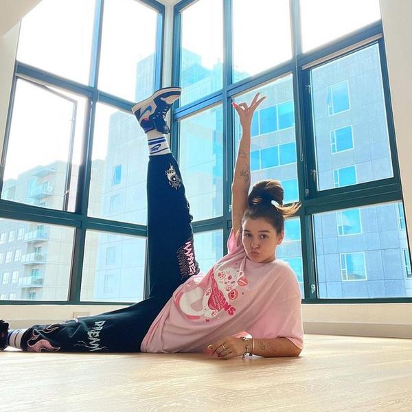 Фото №2 - Как круто и стильно носить спортивные штаны с футболкой: показывает Ева Миллер