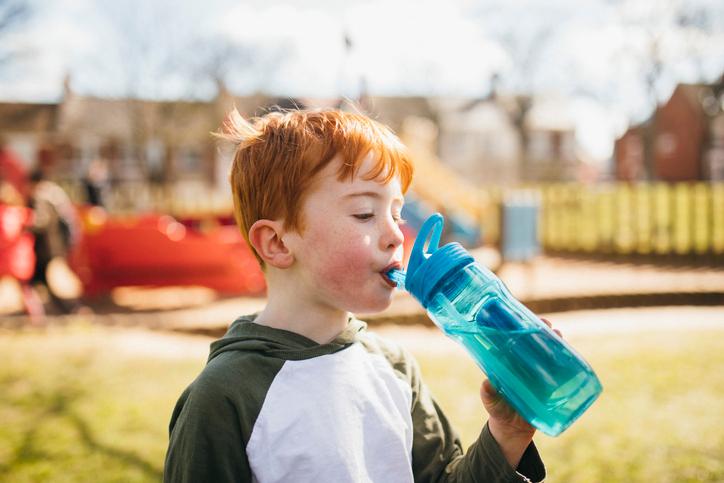 Фото №2 - 8 причин, почему нужно научить ребенка пить воду