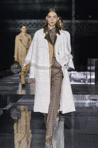 Фото №16 - Вместо джинсов: модные брюки осени и зимы 2020/21