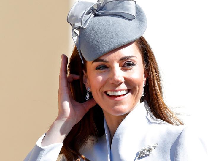 Фото №1 - Какое послание несет выбор украшений герцогини Кейт для пасхальной службы
