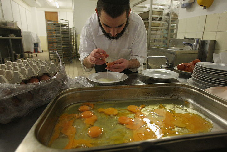 Фото №4 - Рыба с молоком, две посудомойки и «правильное» горячительное: что такое кошерная еда