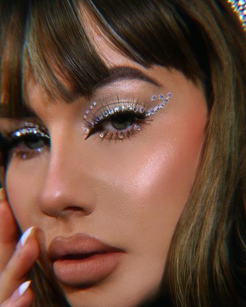 Фото №2 - Стразы— модный тренд для маникюров, макияжей и даже зубов 💎