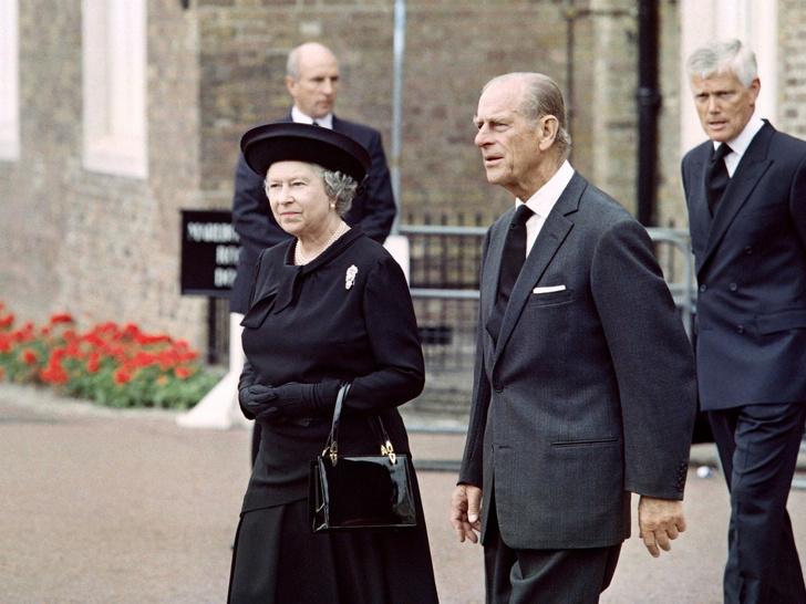 Фото №1 - Крепкое плечо: как принц Филипп помог Королеве справиться с самым тяжелым кризисом монархии