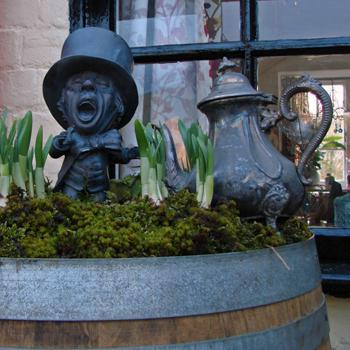 Бронзовую фигурку Безумного Шляпника можно увидеть в Бинси практически в каждой зеленой клумбе или кадке.