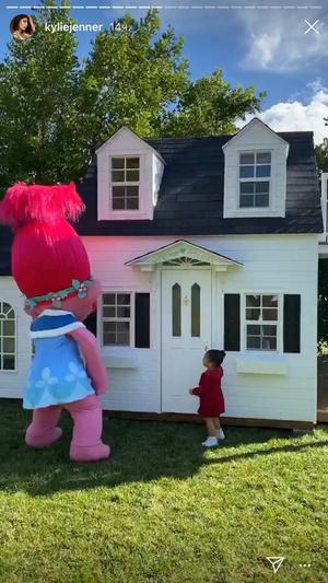 Фото №2 - Крис Дженнер подарила внучке кукольный домик размером с квартиру