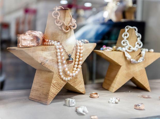 Фото №3 - Подарки по этикету: какие украшения можно дарить начальнице, маме и подруге