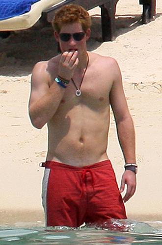 Фото №11 - Королевский пляж: плавки и бикини монарших особ