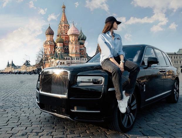 Фото №2 - Анастасия Решетова скромно позирует на фоне Роллс-Ройса и Кремля