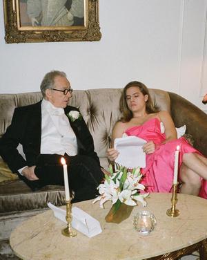 Фото №1 - Видео дня: короткометражка, в которой Дилан Спроус ходит в розовом платье 💕