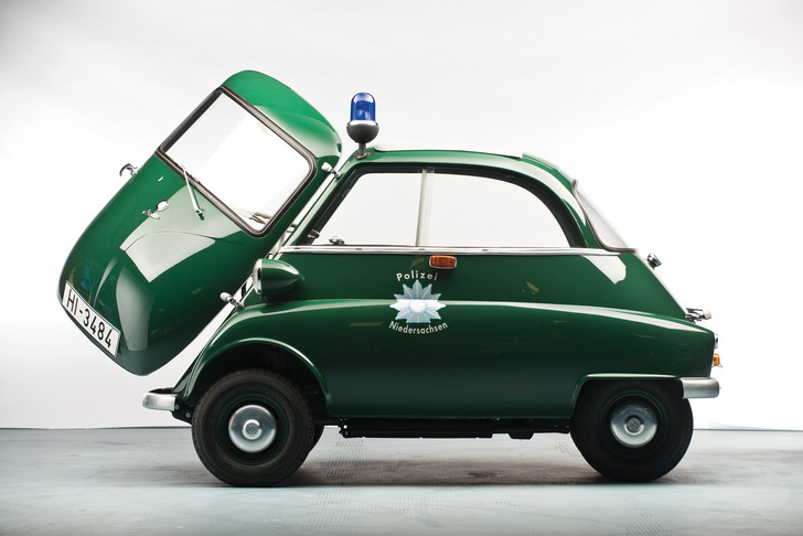 Сложно понять кого могли догнать полицейские на 12-сильном BMW. Разве что угонщика самокатов…