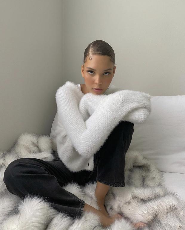 Фото №1 - Уютный белоснежный кардиган на пуговицах для прохладного лета— как у модели Нары Пеллман
