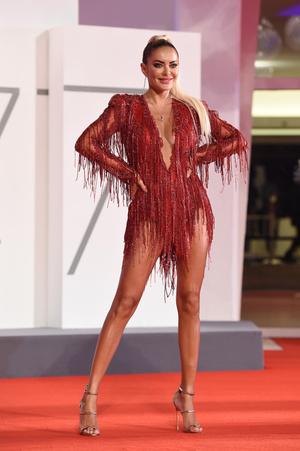Фото №5 - 25 лучших и худших нарядов звезд на Венецианском кинофестивале— 2020