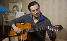 Сергей Безруков сыграл на гитаре Высоцкого