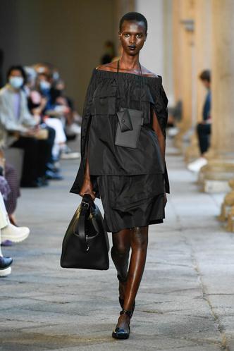 Фото №49 - Идеально скроенные пальто, самые стильные тренчи и брючные костюмы на показе Max Mara
