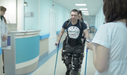 Фото №1 - Пациенты Александровской больницы облачатся в экзоскелет