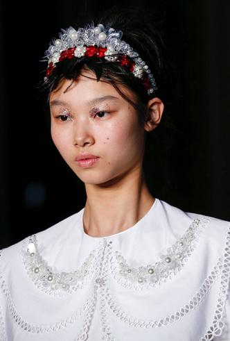 Фото №8 - Заколки, ободки и резинки: самые модные украшения для волос нового сезона