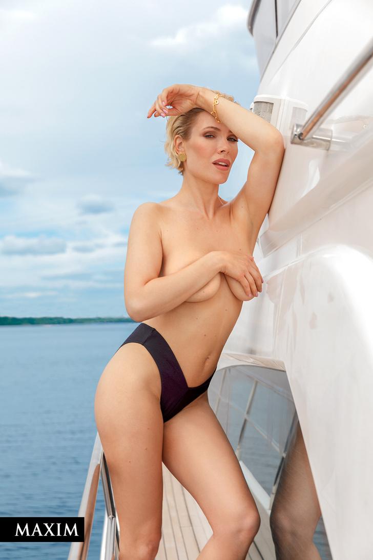 Фото №1 - С бала на корабль! Фотосессия актрисы Виктории Масловой для MAXIM