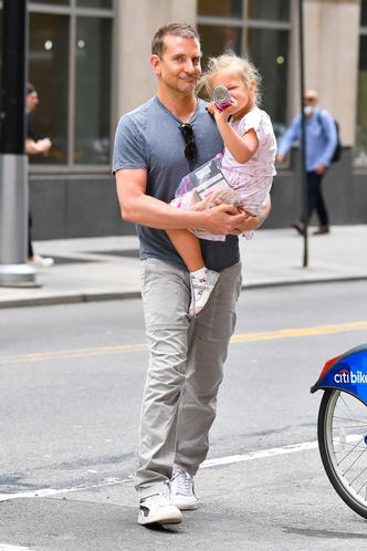 Фото №1 - Папа может: Брэдли Купер наслаждается отцовством, пока Ирина Шейк отдыхает с Канье Уэстом