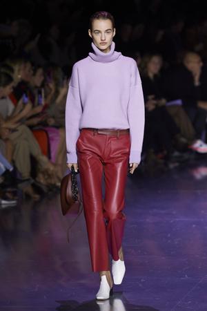 Фото №3 - Вместо джинсов: модные брюки осени и зимы 2020/21