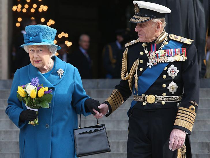 Фото №2 - Нежданные гости: как Королева и принц Филипп «украли шоу» на чужой свадьбе